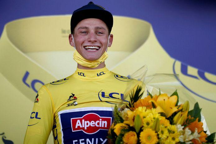 Mathieu van der Poel glundert op het podium nadat hij op zondag 27 juni de gele trui heeft gepakt na zijn etappezege op de Mûr-de-Bretagne.
