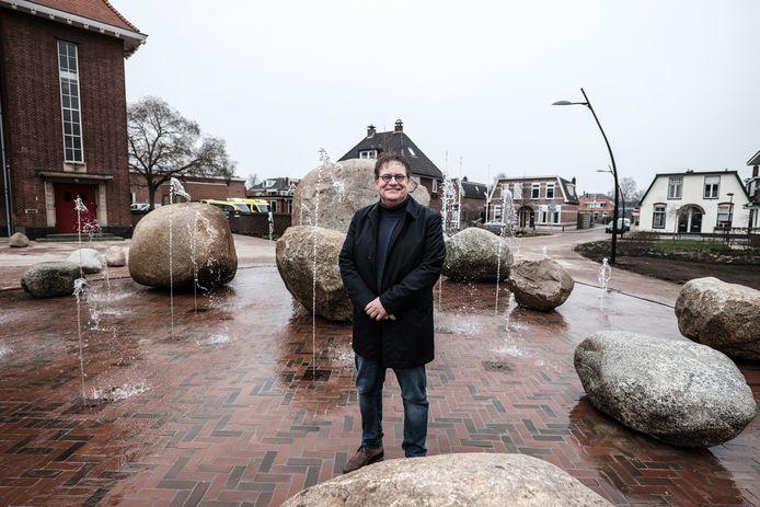 Wethouder Henk Jan Tannemaat bij de fontein voor het een schuimfontein werd.