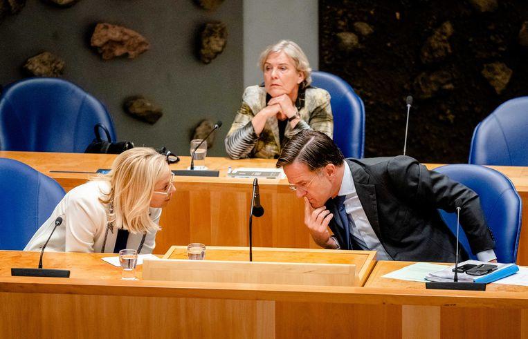 Demissionair Minister Sigrid Kaag van Buitenlandse Zaken (D66), demissionair Minister Ank Bijleveld van Defensie (CDA) en demissionair premier Mark Rutte (VVD) tijdens het debat. Beeld ANP