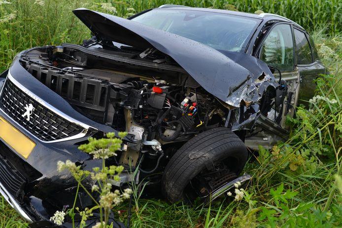 De automobilist raakte gewond bij de botsing.