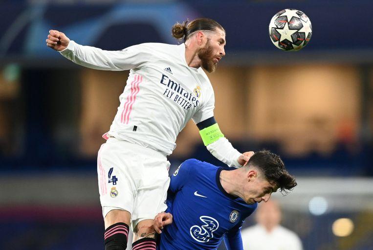 Ramos wint een kopduel van Kai Havertz (Chelsea) in de halve finale van de Champions League. Beeld Reuters