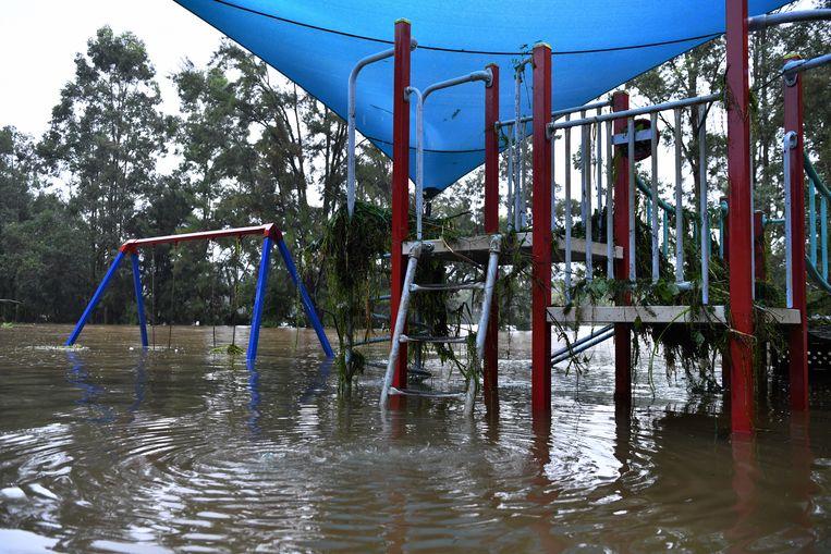 Een ondergelopen speeltuin in Sydney.  Beeld EPA