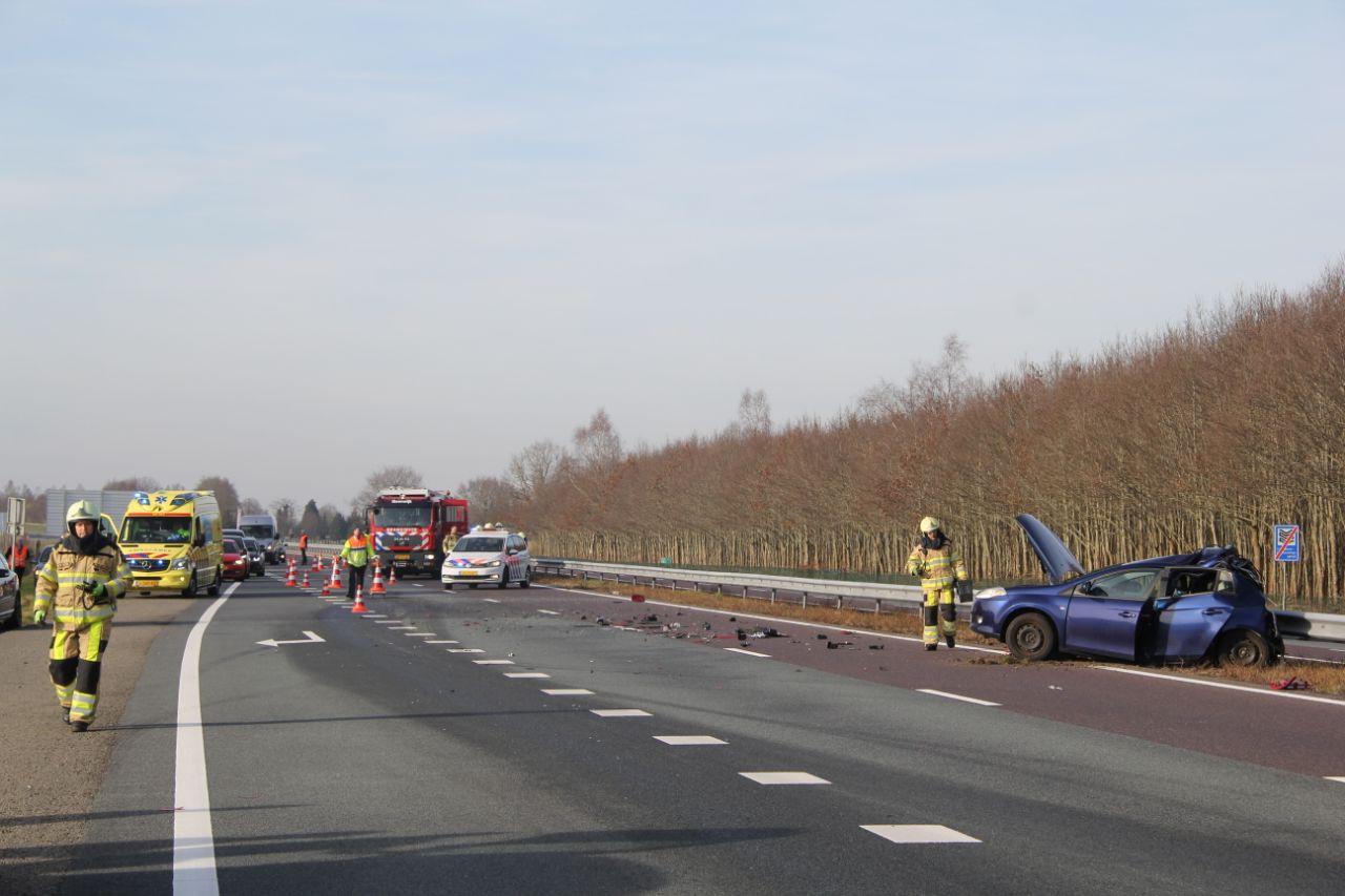 Op de A32 richting Zwolle zijn een vrachtwagen en een personenauto zondagmiddag op elkaar geknald.