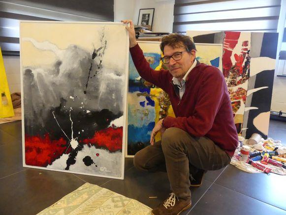 Willy Nachtergaele bij zijn nieuwe kunstwerken.