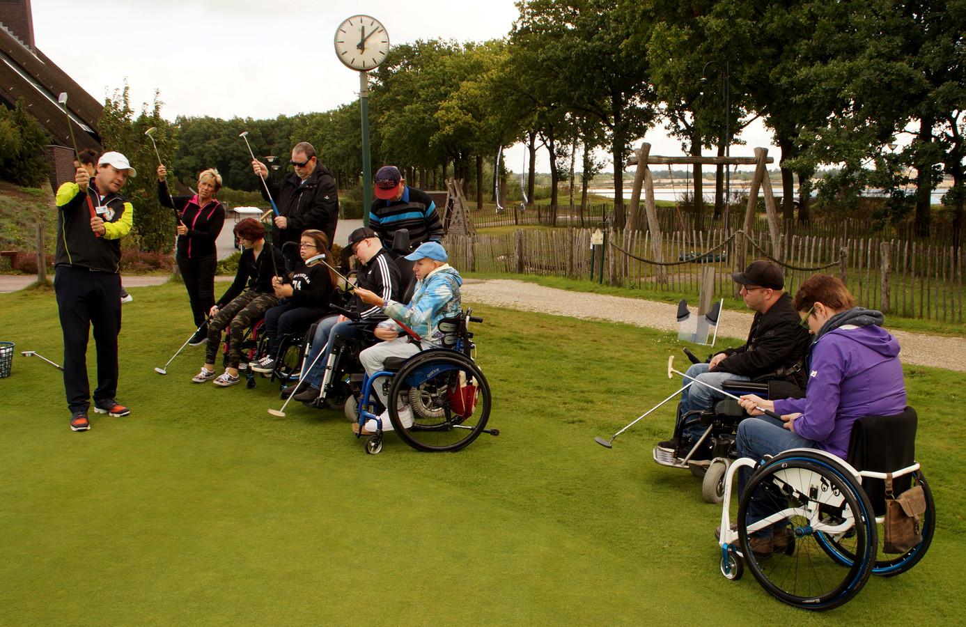 Deelnemers aan een golfclinic tijdens een eerdere editie van het Brabantse Disabled Golf in Bakel.