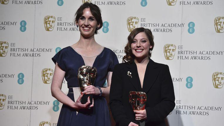 Regisseur Nina Gantz (R) en producer Emilie Jouffroy (L) met hun prijzen. Beeld afp