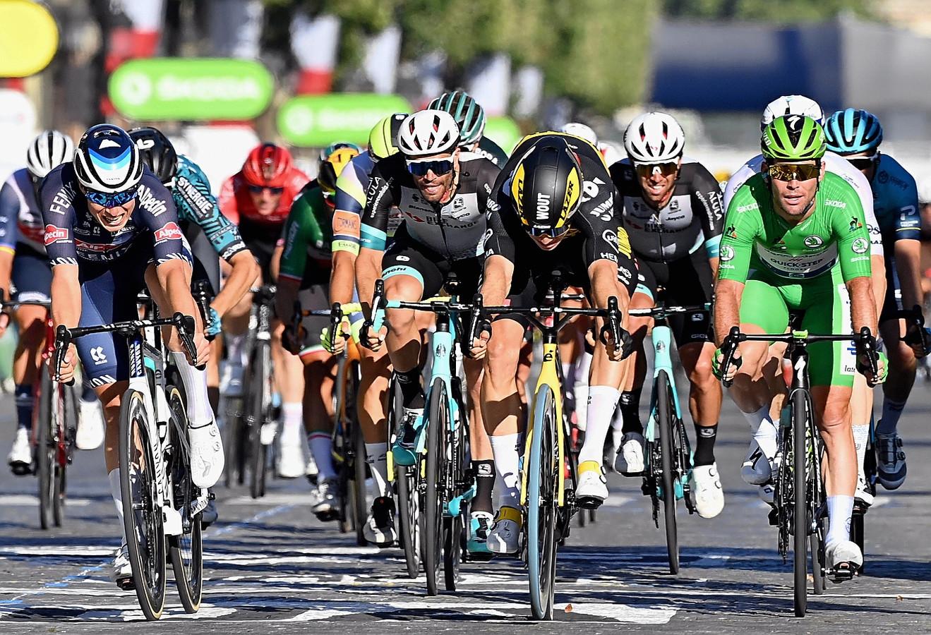 Wout van Aert wint voor Jumbo Visma de slotetappe van de Tour de France in Parijs. Hij drukt als eerste zijn blauwe Swap-voorwiel over de streep op de Champs-Élysées.