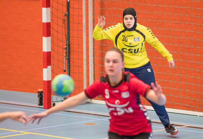 Keepster Chaima Benkaddour in actie namens HC Zeeland.
