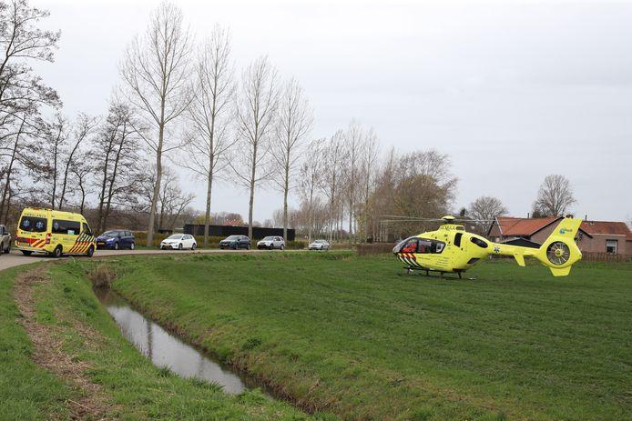De traumahelikopter landde op het weiland naast de weg waar het ongeluk was gebeurd.