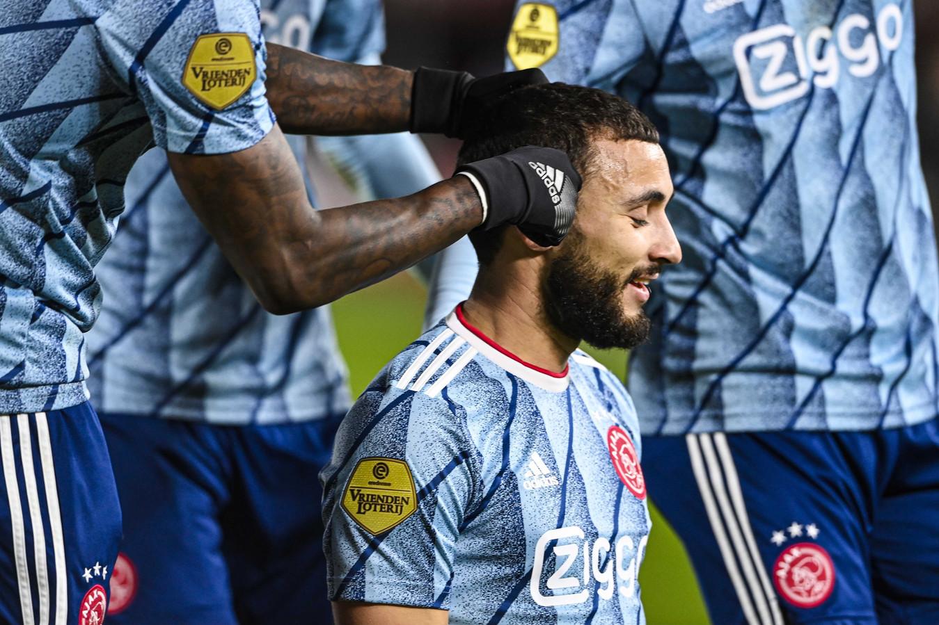 Quincy Promes doet alsof hij het haar van zijn teamgenoot Zakaria Labyad even bijwerkt.
