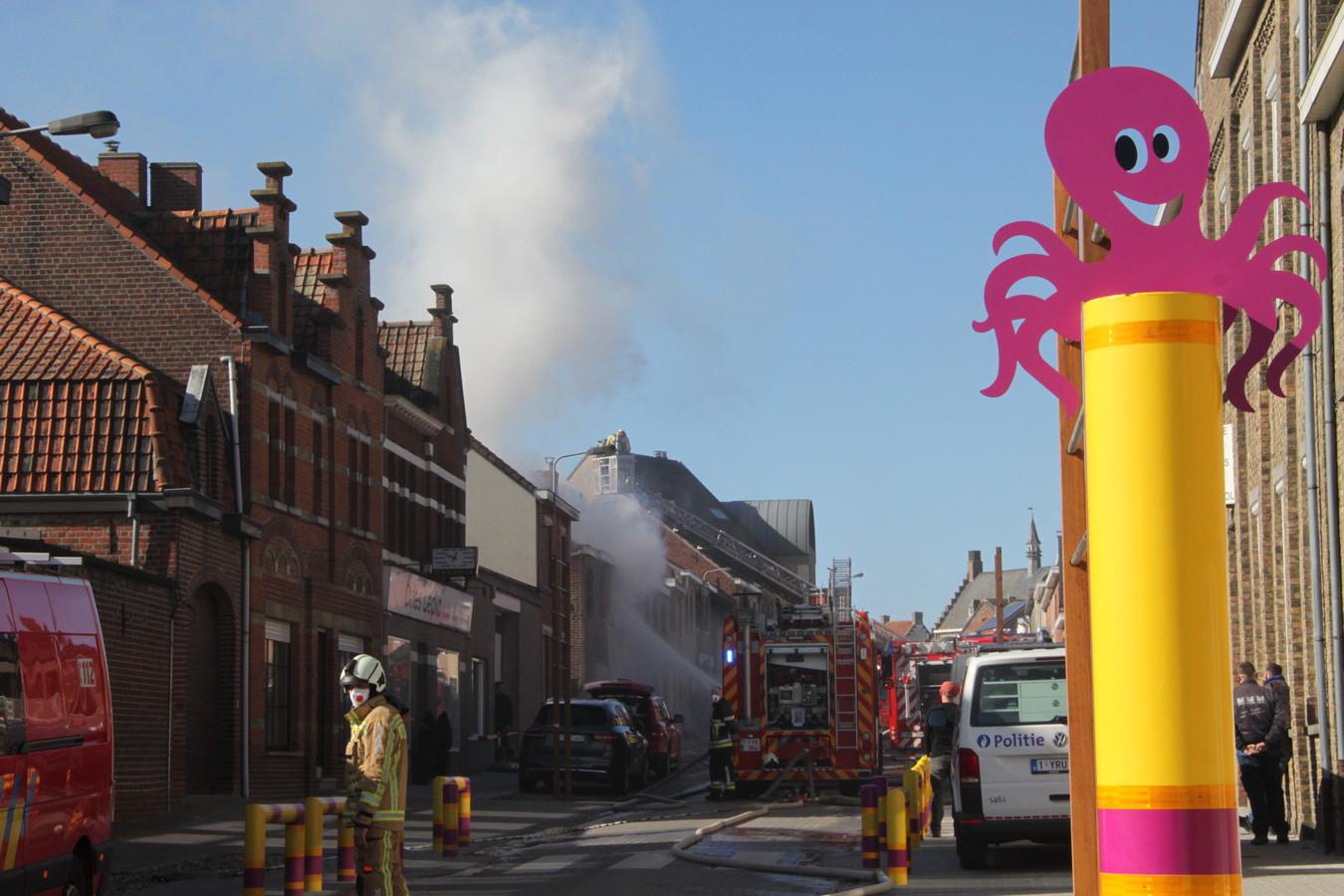 De woning in Wijtschate liep zware schade op. De brandweer blust met man en macht.