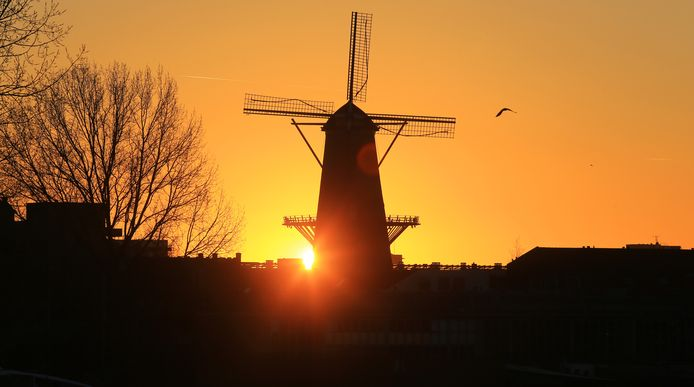 Molen Kyck over den Dyck tijdens zonsondergang.