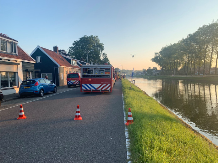 Bij de Westhavendijk is een auto te water geraakt.