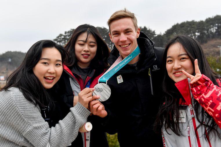 Bart Swings met enkele lokale fans in Pyeongchang. Beeld BELGA
