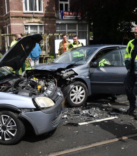 Auto slipt op tramrails Loosduinse Hoofdstraat, vier gewonden