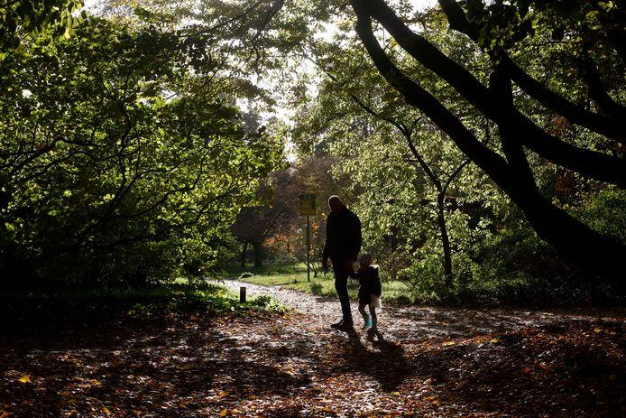 Edenaar Aalbert Burger loopt met kleindochter Roos door Belmonte Arboretum in Wageningen