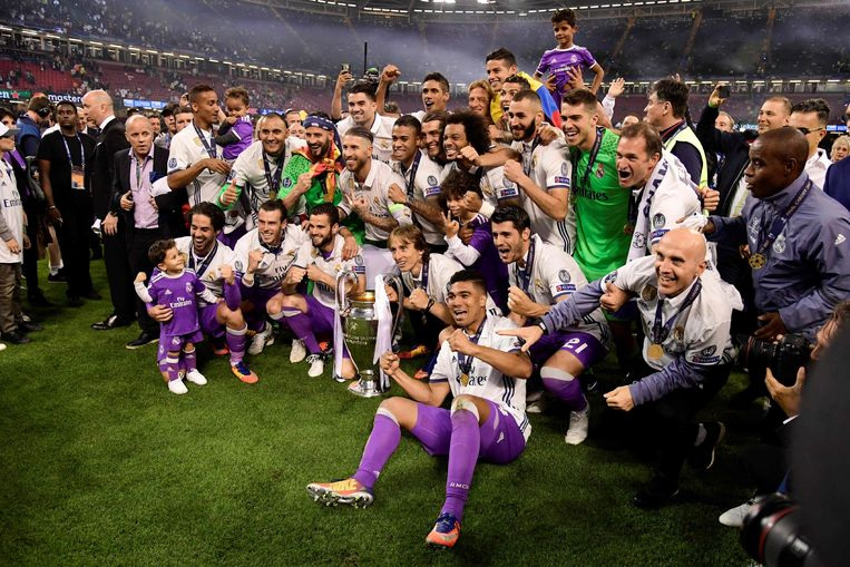 Real Madrid's players pose with the trophy after winning the UEFA Champions League final football match between Juventus and Real Madrid at The Principality Stadium in Cardiff, south Wales, on June 3, 2017. / AFP PHOTO / JAVIER SORIANO Beeld null