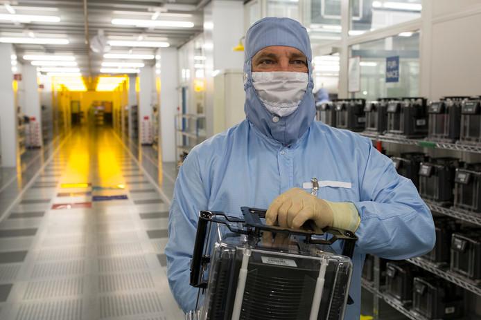 Een medewerker van NXP in de cleanrooms.