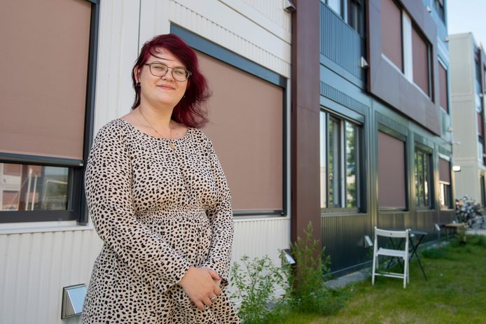 Anniek van der Heijden voor haar tijdelijke woning bij De Pionier in Amersfoort.
