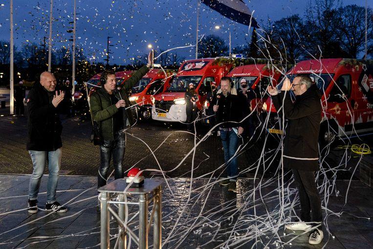 Dj's Jeroen Kijkindevegte en Jan-Willem Roodbeen zwaaien Wouter van der Goes en Frank van 't Hof uit, die Top 2000-thuispakketten gaan bezorgen. Liefhebbers van de Top 2000 kunnen hun stem weer uitbrengen op hun favoriete nummers om zo mee te beslissen over de uiteindelijke lijst.  Beeld ANP
