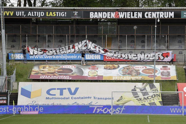 Een spandoek voor FC Emmen wordt opgehangen voorafgaand aan de Nederlandse Eredivisie wedstrijd tussen VVV-Venlo en FC Emmen in het Covebo stadion De Koel op 16 mei 2021 in Venlo. Beeld ANP