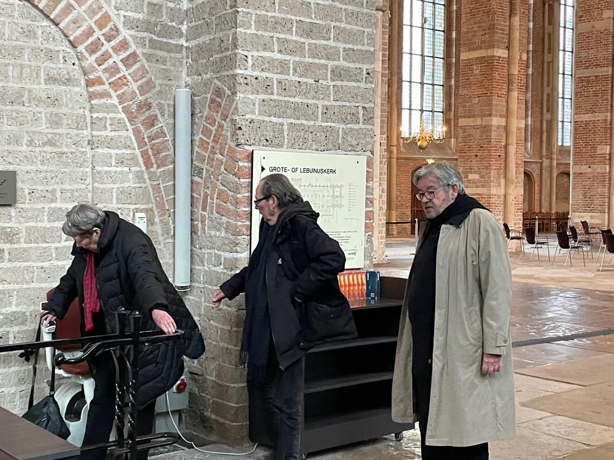 Sis gaat met de stoeltjeslift de crypte in tijdens de opnames van de Van Rossems in de Lebuïnuskerk in Deventer.