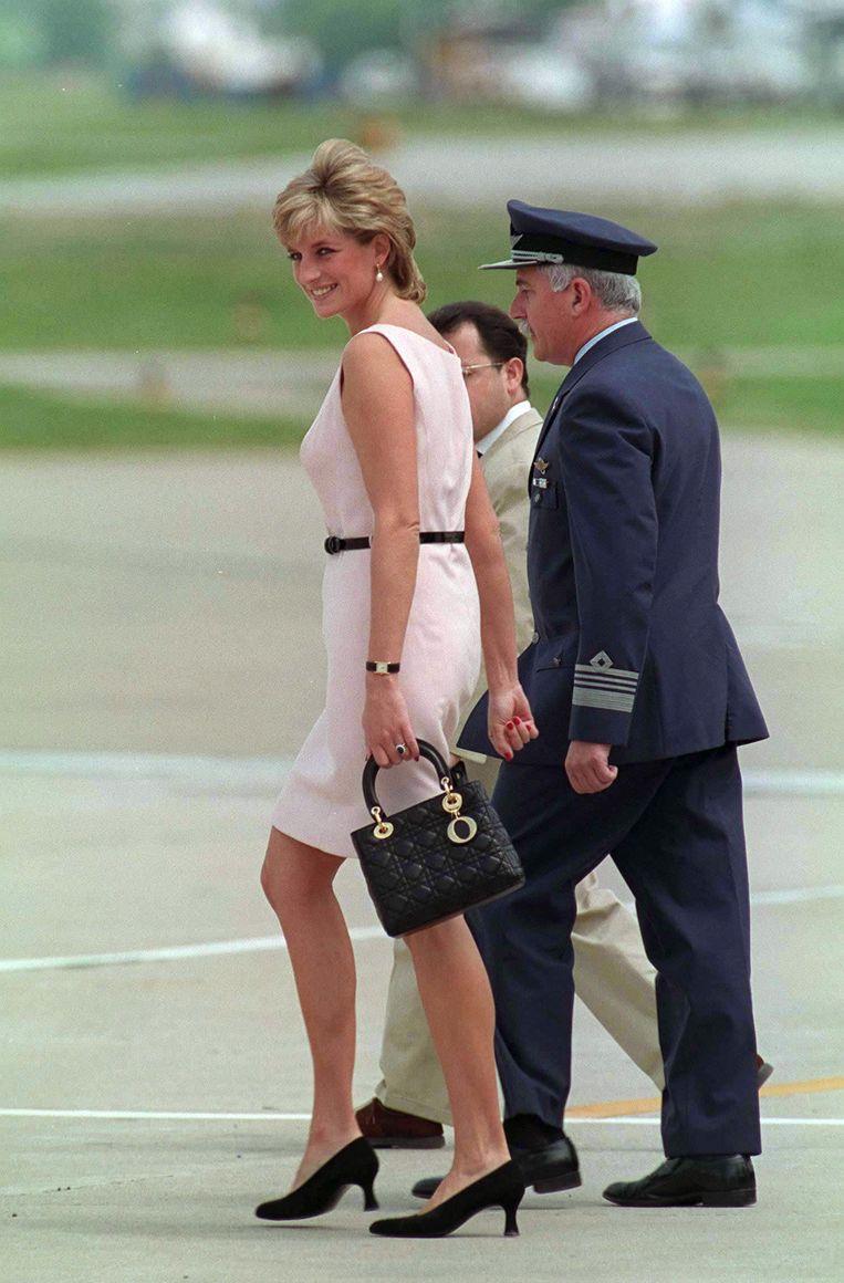 Prinses Diana draagt de bekende Dior-tas op de luchthaven van Buenos Aires, Argentinië in 1995. Beeld Getty Images