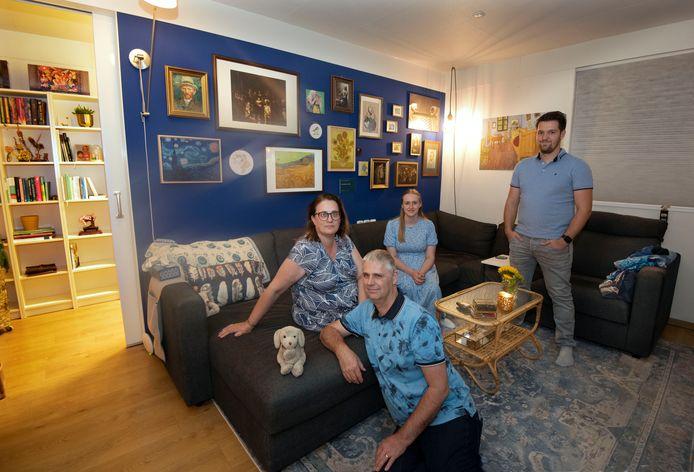 De familie Strik: vader Ron, moeder Anne, dochter Lieke en haar vriend Thom.