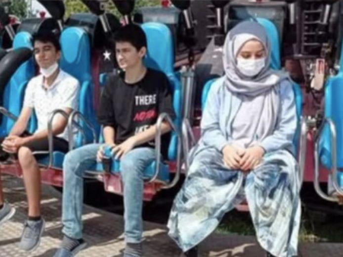 Vlak voor de fatale rit startte, werd nog een foto gemaakt van Zeynep Gunay (rechts met het witte mondmasker).