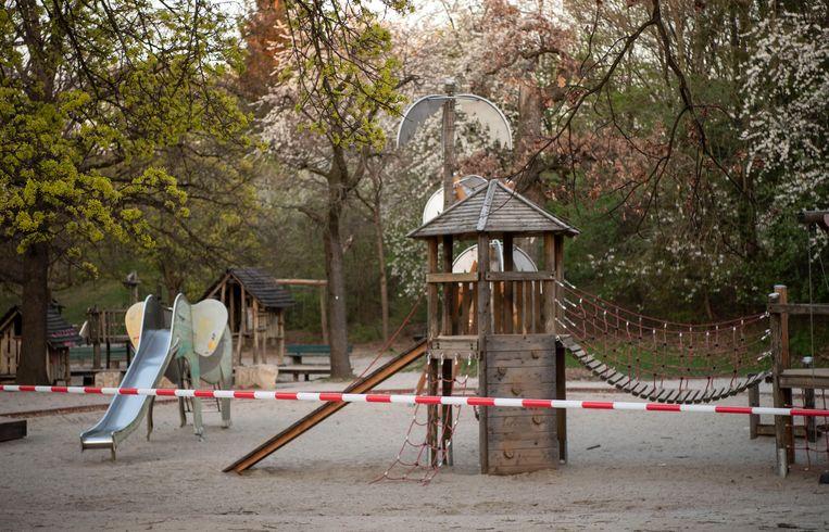 Een vanwege het coronavirus afgeloten speeltuin in München. Beeld EPA