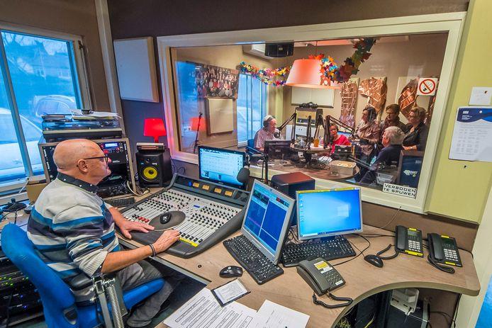 Het programma Heuvel Zes vierde zaterdag een feestje in de studio van Hofstreek FM.