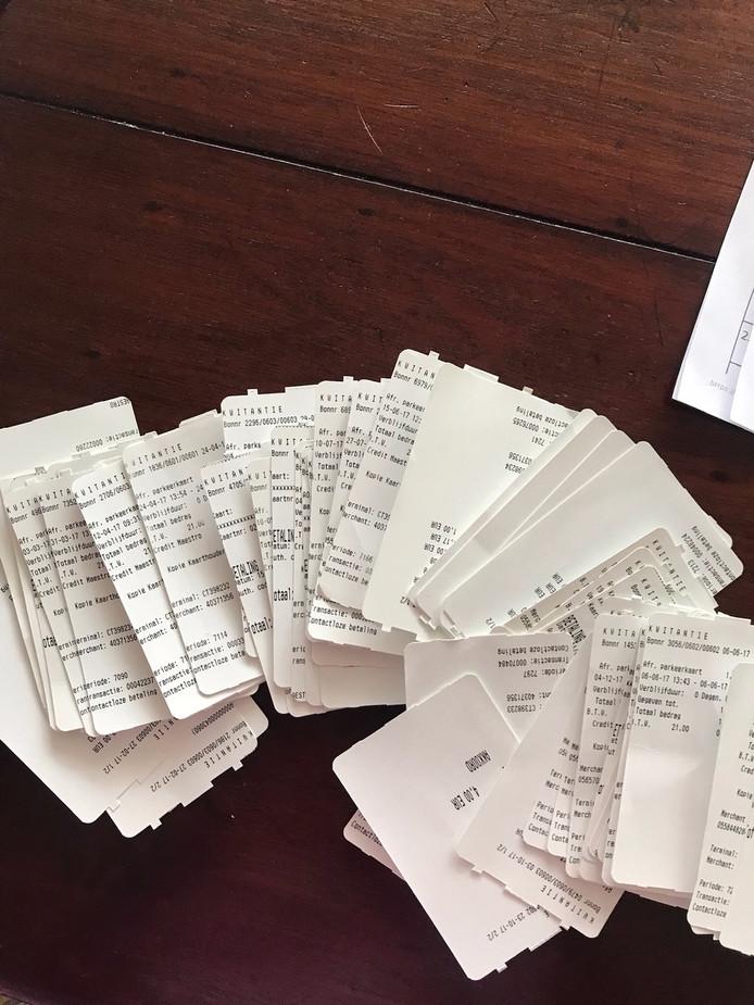 Anna Petersen bewaarde alle parkeerbonnetjes van het Alrijne Ziekenhuis. Haar man heeft kanker en de vele bezoekjes aan het ziekenhuis tikken nogal aan.