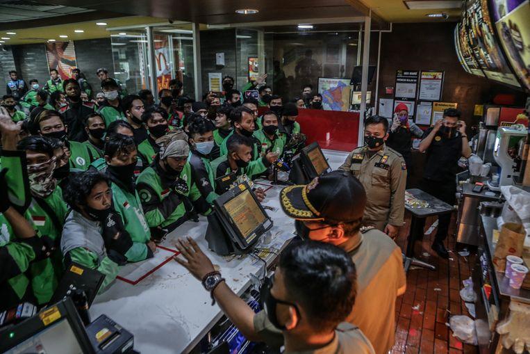 Chaos in een McDonald's in het Indonesische Bogor op 9 juni 2021. Beeld AFP