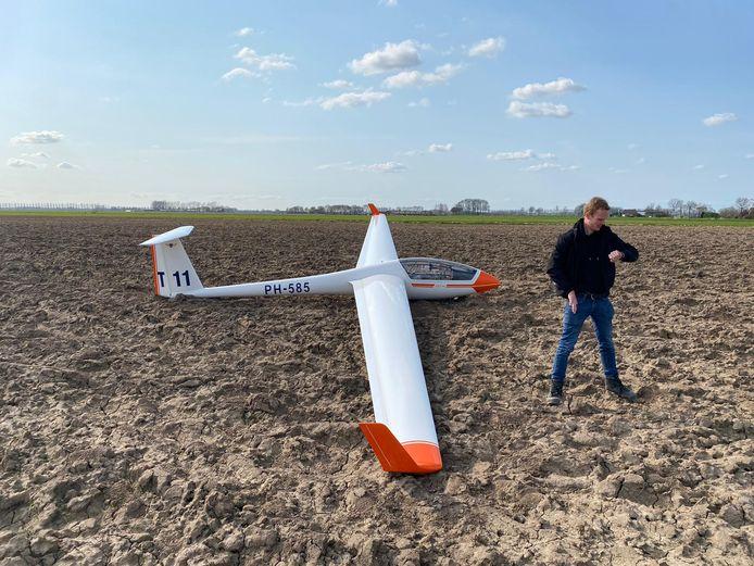 Steffen Landman naast zijn vliegtuig in de Zoelense akker.