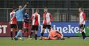 Michel Bakanga haalt zich in de eerste wedstrijd van het seizoen met DUNO de woede van  Feyenoord-spelers op de hals als hij  probeert de bal uit handen van doelman Marc van Splunter te schoppen.