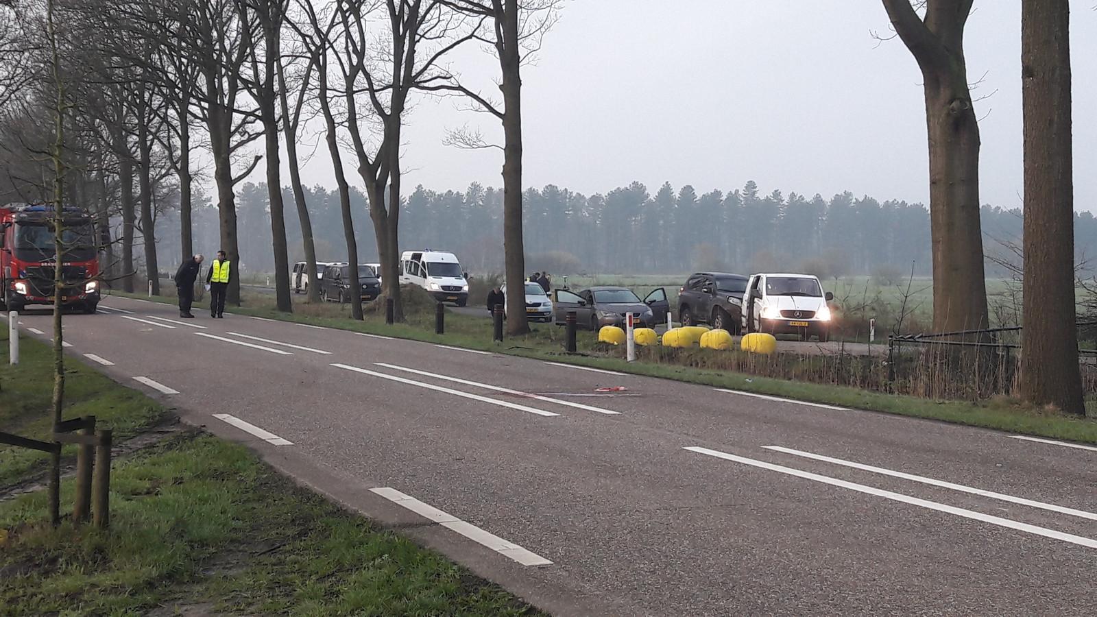 Het witte busje vooraan is van de verdachten. De Seat erachter en de overige busjes zijn van de politie.