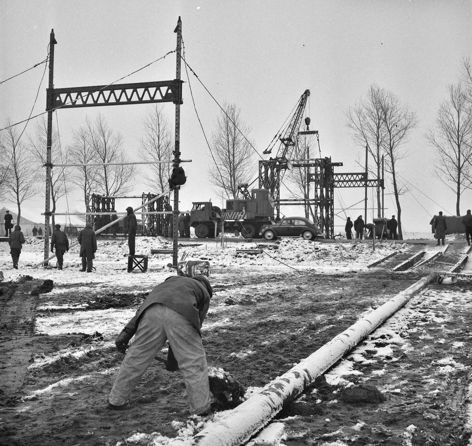 Werk aan de nieuwe gassaanvoerleiding Groning- Buitenpost begin jaren '60 door geniesoldaten.