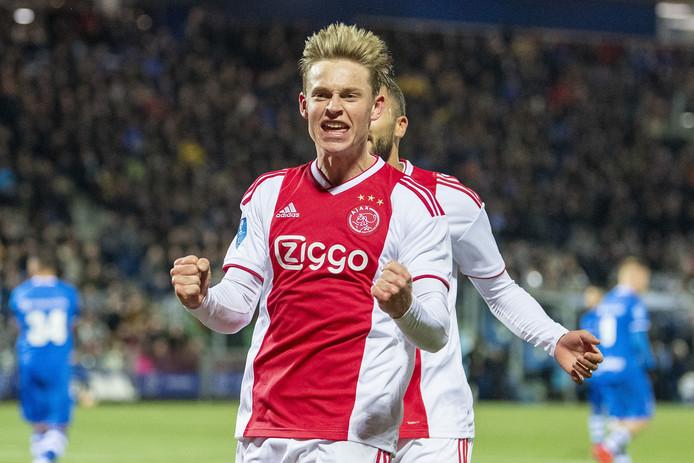 Frenkie de Jong maakt de 0-2 tegen PEC Zwolle.