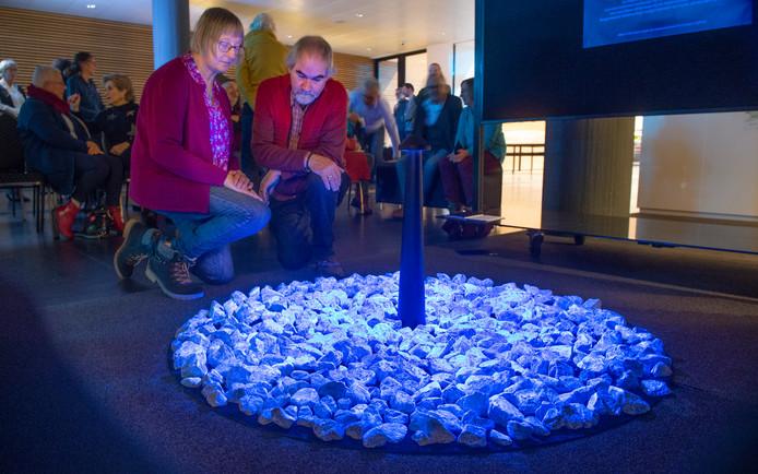 Miny Lammerts en Romke van der Meer bij de lichtgevende stenen, een tijdelijk monument van Daan Roosegaarde.
