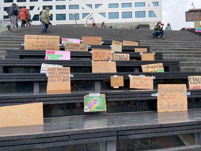 Protestborden van mensen die vanwege het maximale aantal demonstranten niet aanwezig mochten zijn.