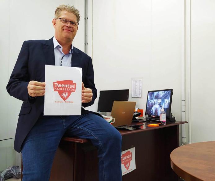 René Gosen toont met gepaste trots het beeldmerk van de Twentse Ambassade Suriname/Caricom.