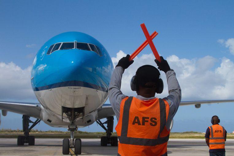 Een vlucht van KLM met aan boord de eerste vaccins voor Curaçao komt aan op de luchthaven van Willemstad, 17februari.  Beeld Prince Victor / ANP