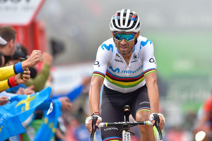 Valverde komt over de finish in de zestiende etappe van de Vuelta.