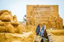 De Zandsculpturen krijgen een laagje lijm over zich om het zand vast te houden