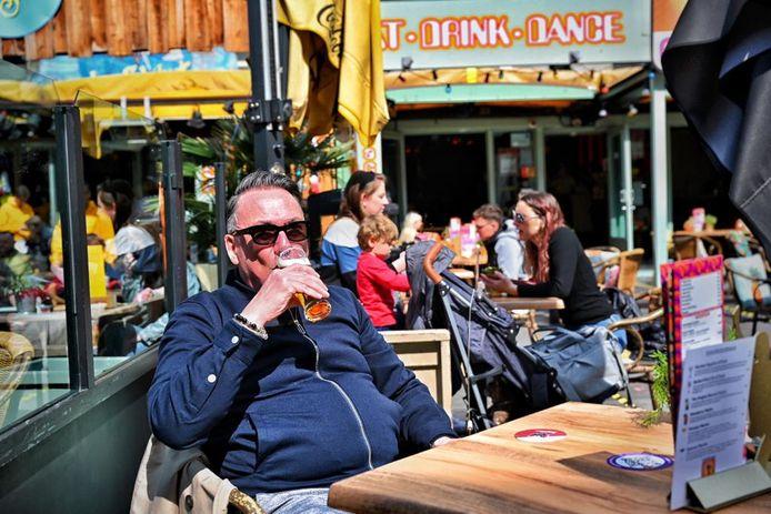Om stipt 12.00 uur stond Frans Hens (61) uit Rotterdam klaar voor en biertje op het terras.