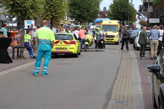Op de Zandstraat in Beneden-Leeuwen werd een vrouw aangereden door een politiemotor.