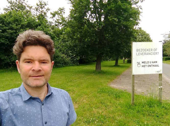 Maarten Tavernier (Groen) bij de bomenrij en het buffergroen die gevrijwaard worden.