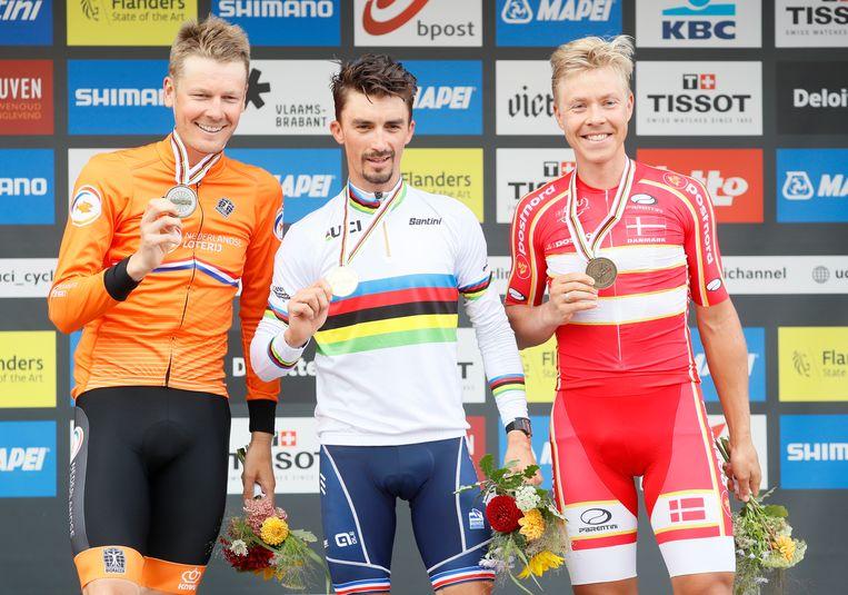 Links Dylan van Baarle (Nederland) op met het zilver, winnaar Julian Alaphilippe (Frankrijk) in het midden en Michael Valgren (Denemarken) rechts met het brons. Beeld EPA