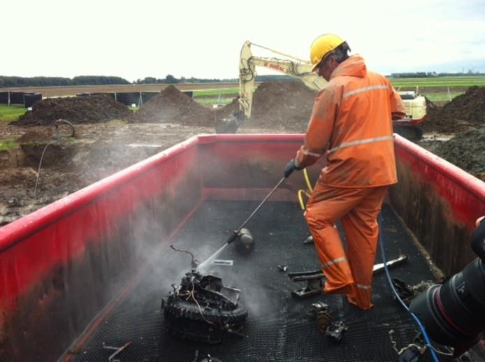 Brokstukken van de Lancaster worden schoongespoten. Archieffoto: Gert-Jan Buijs/BD