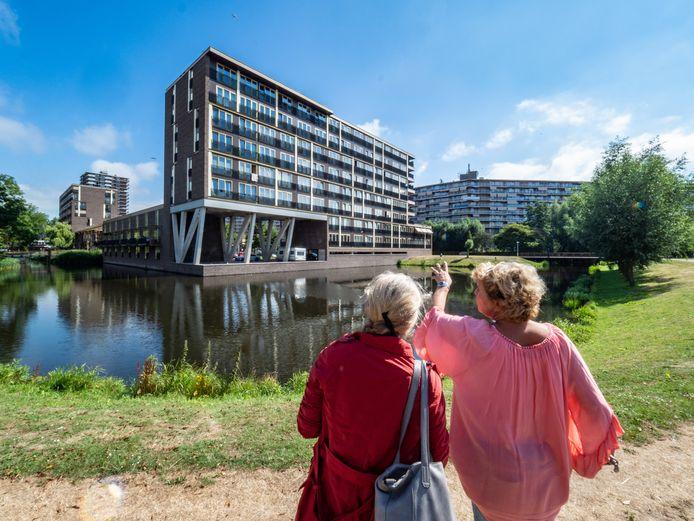 Nieuwbouw in Palenstein met op de achtergrond de flat aan de Willem van Cleeflaan die over een paar jaar van het gas gaat.